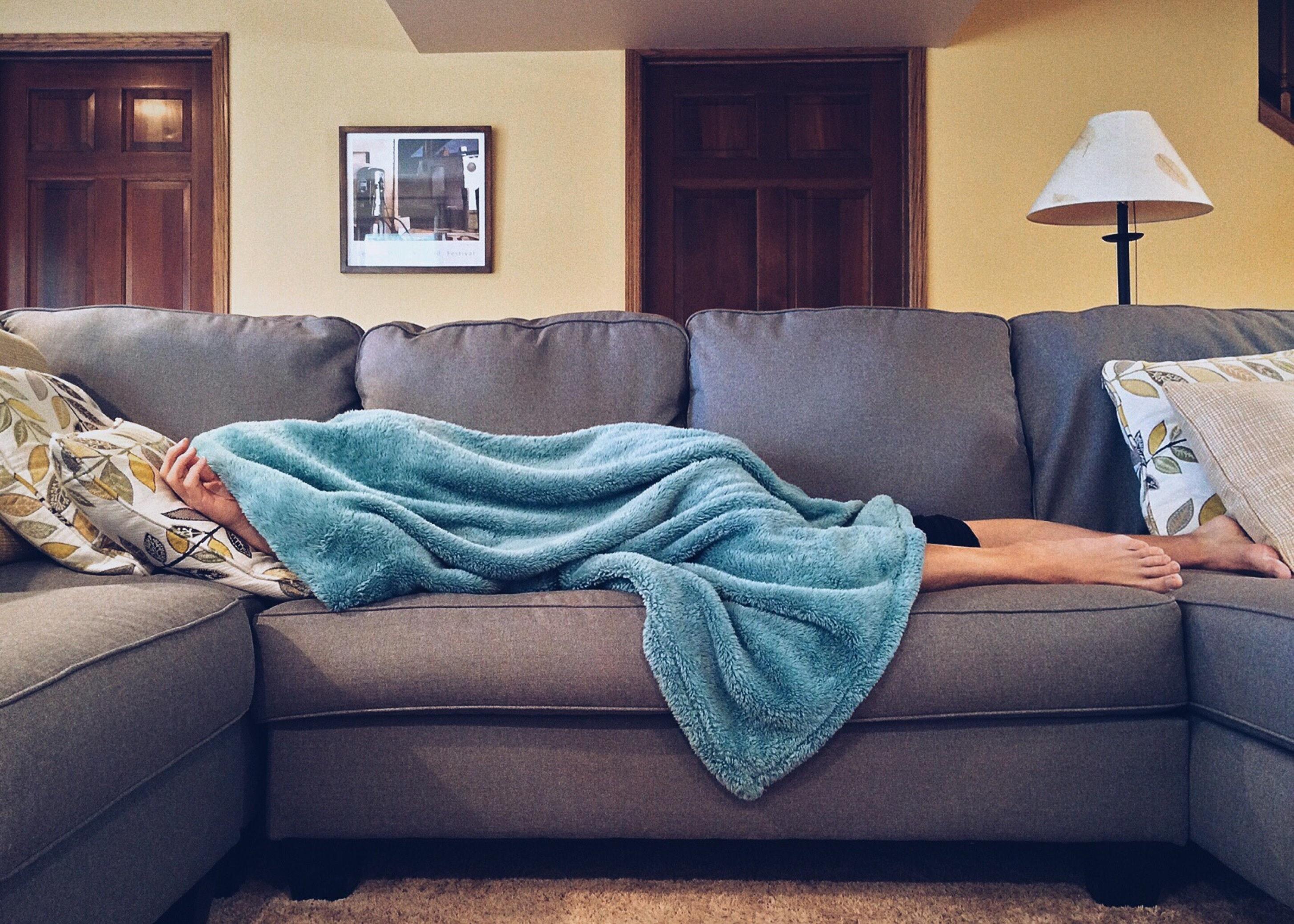 apartament, persoana care doarme pe pat
