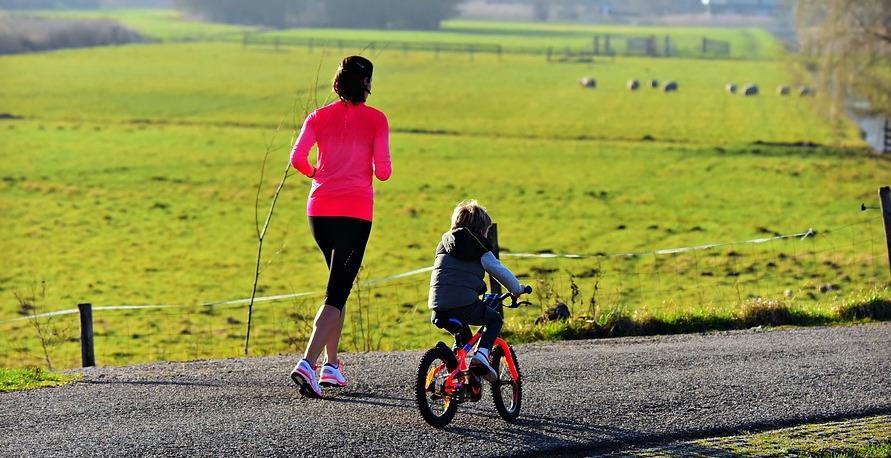 60-75 percnyi mozgás csökkenti a szisztolés vérnyomás értékét, megelőzheti a mell-, a vastagbél- és a méhnyálkahártya daganatot, heti 150 perc fölött pedig jelentősen csökken az idő előtti elhalálozás esélye.
